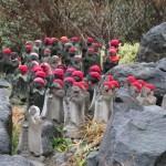 Каменные человечки у подножия вулкана в Японии