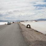 Шоссе через солончак Салинас-Грандес в Аргентине