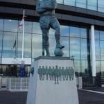 Памятник Бобби Муру, стоящий у входа на стадион Уэмбли